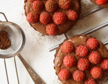 Czekoladowe mini tarty z malinami