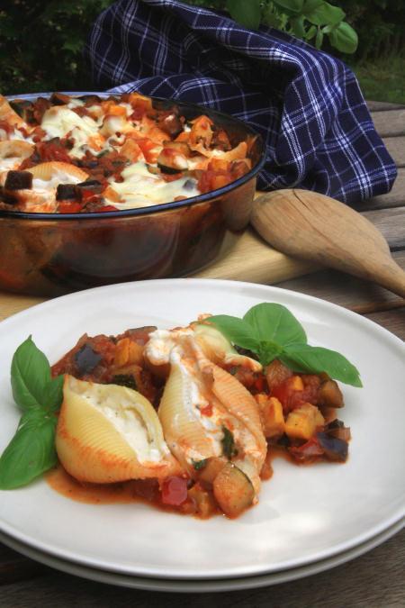 Muszle z nadzieniem serowym zapiekane w sosie warzywnym