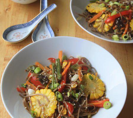 Makaron po chińsku z warzywami i sosem słodko-kwaśnym