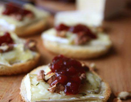 Tościki z serem brie, orzechami i borówką