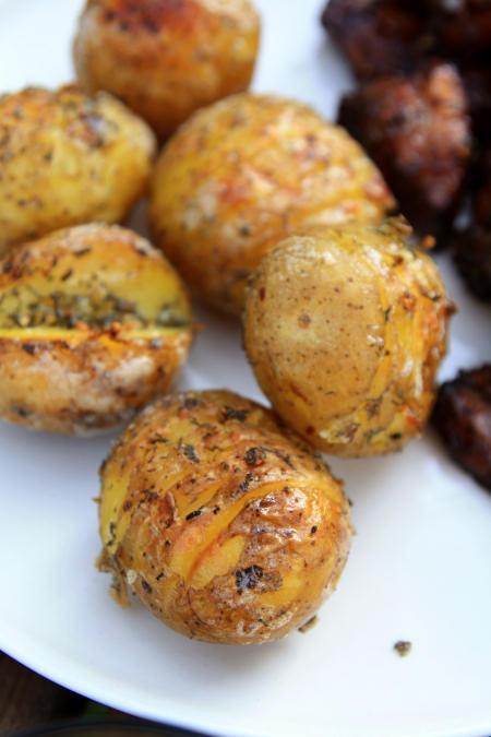 Ziemniaki z grilla z masełkiem czosnkowym