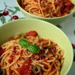 Spagetti z sosem pomidorowym i oliwkami