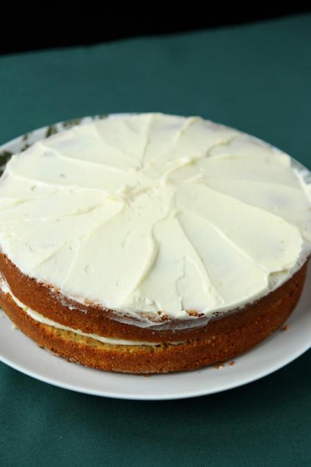Tort marchewkowo-bananowy z kremem z białej czekolady