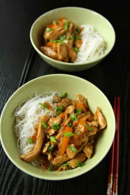 Kurczak na ostro z makaronem ryżowym