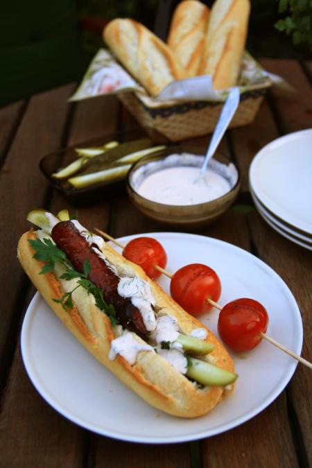 Hot dogi z grillowaną kiełbasą