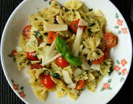 Makaron z pesto i pomidorkami
