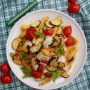 Świeży makaron z pieczonymi warzywami