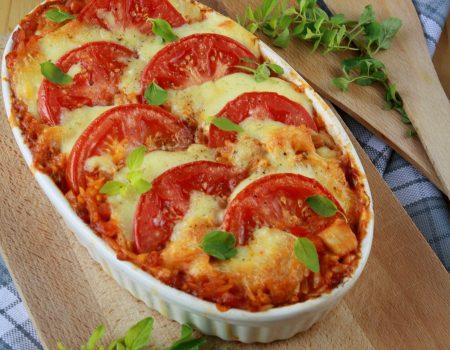 Pomidorowa zapiekanka z orzo i kurczakiem