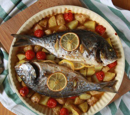 Dorada pieczona z pomidorkami i ziemniakami