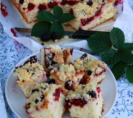 Ciasto drożdżowe z jeżynami i kruszonką
