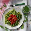 Świeży makaron z pesto z rukoli i pieczonymi pomidorkami