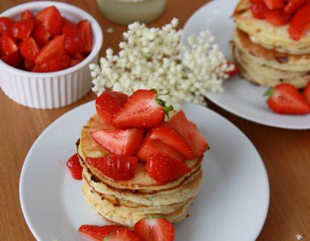 Pancakes z serkiem grani i truskawkami