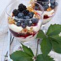 Deser jogurtowy z granolą i owocami