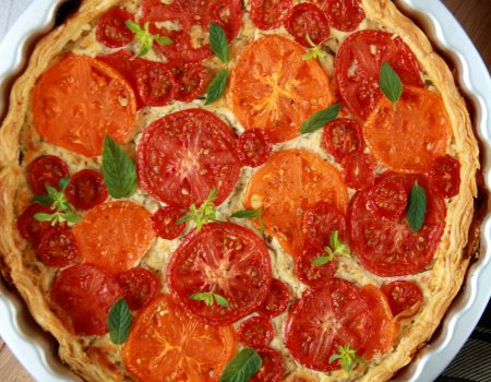 Szybka pomidorowa tarta z ziołowym twarogiem